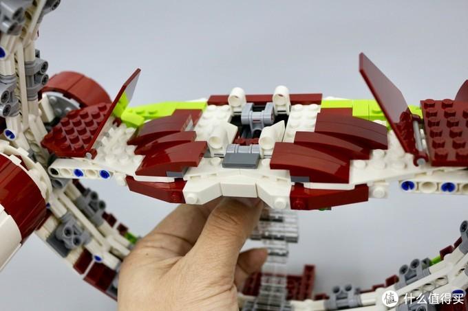 通过手指推动可以改变平台卡扣的间距,以此模拟原作中的驱动环可以匹配多种型号绝地战机的艏部设计