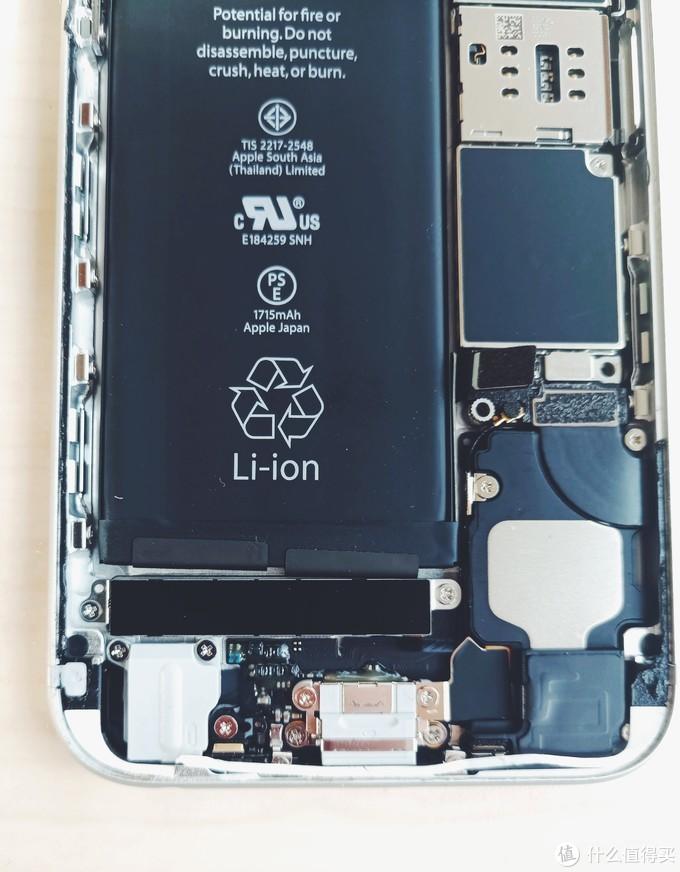 打开盖板用塑料拨片撬开连接的排线(注意,用塑料拨片;手或者金属撬棍都有可能导致主板短路)