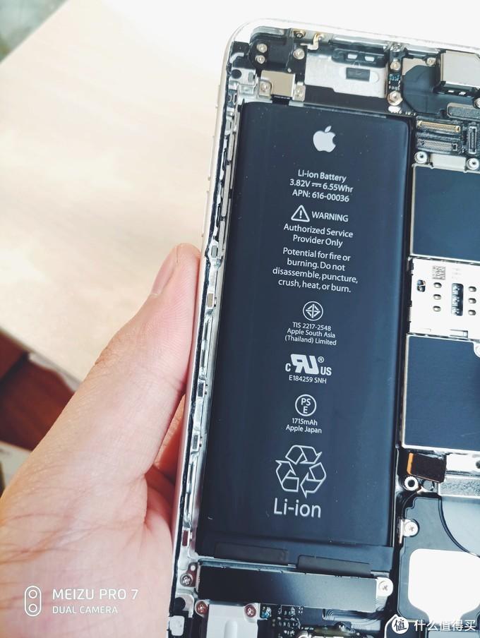 电池底部有易拉胶,不过看样子还得拆下振动马达才会更方便更换电池
