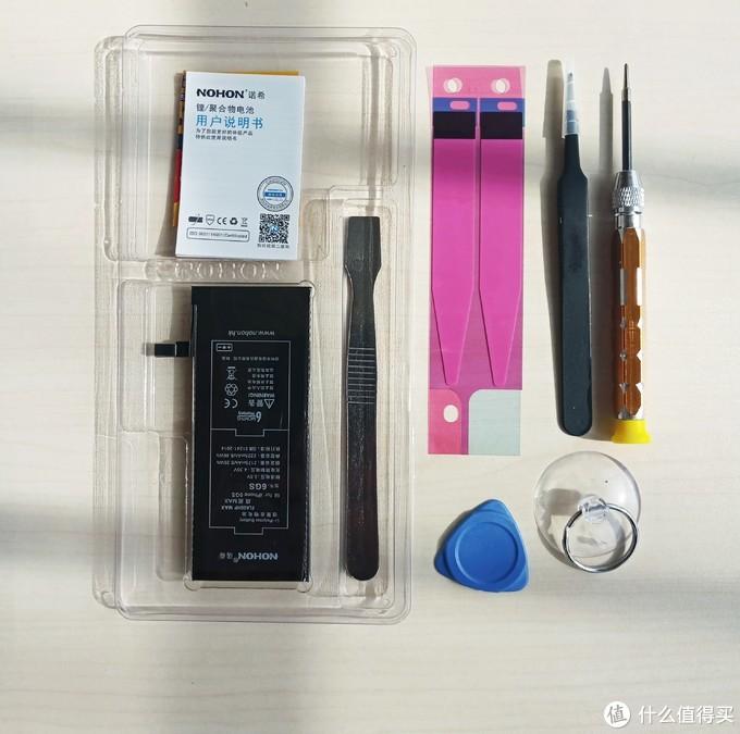 同样是赠送拆机工具,诺希将简易拆机工具整合到了包装内部,基本上是麻雀虽小五脏俱全了,要挑毛病的话就是少了一个防静电手指套(可以防止因为静电导致击穿手机主板,不过这都是极小概率的事件)