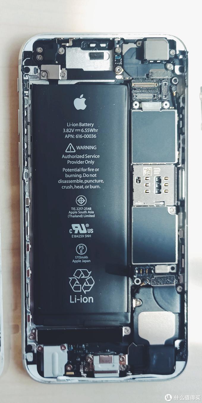 主板依旧是L型,只不过集成度更高了,左边中部电池,右边是主板,下部是耳机孔尾插以及音腔