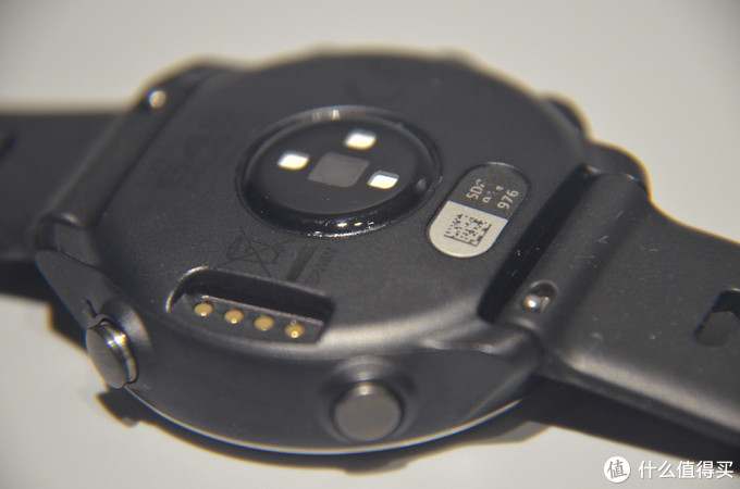 和fenix 5系列不同,与FR235、松拓类似的点触式的充电方式,右侧是快拆表带