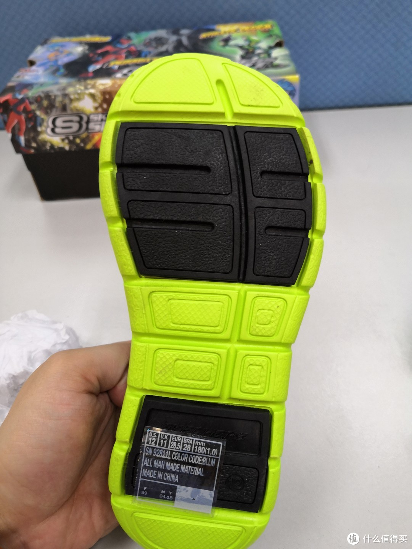 黄黑拼色。黑色部分和黄色部分材质不一样,黑色部分应该是耐磨的橡胶。