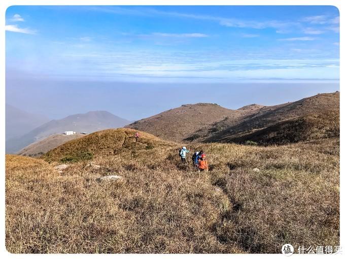 山脊上行走的驴友们