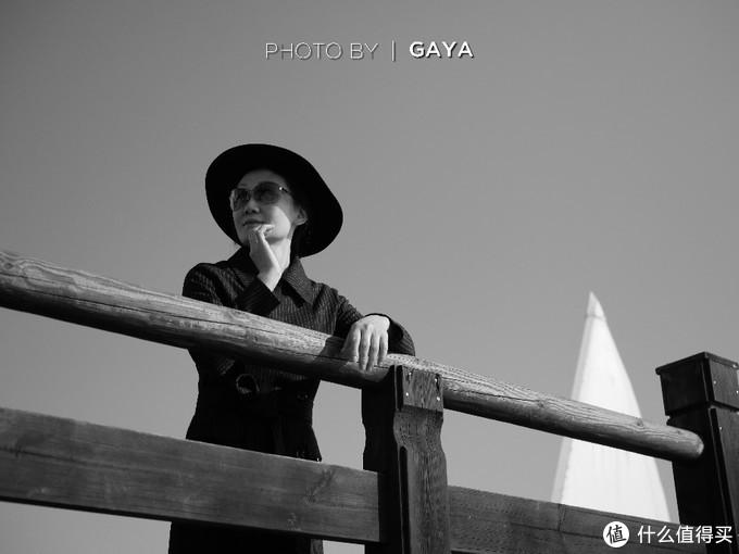 定焦+大光圈的镜头特别适合拍人像,原图的木头纹理十分清晰。