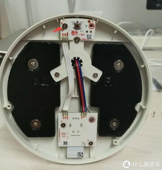 拆下箭头所指的螺丝,卸下插孔所在的电路板