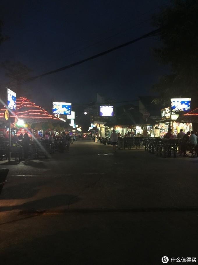 夜晚热闹的街