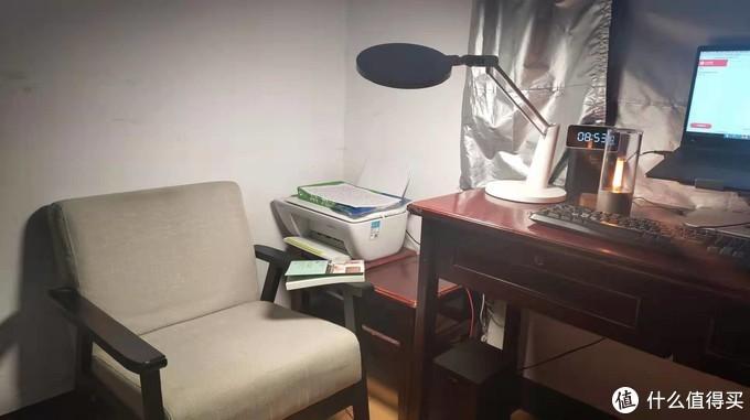 看书的时候扭一下台灯就可以了