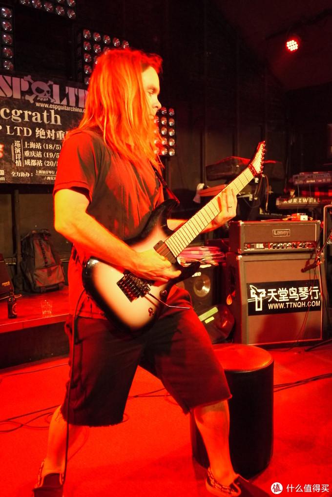 他也有自己的ESP签名款吉他