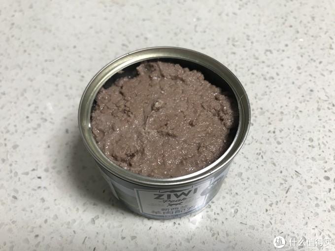 嗯?今天打开这罐的时候我惊了一下,表面这么不平整?这个这个,我记得以前开羊肉的时候不是这个样子的,表面像牛肉一样也是很平整的。心里想不是坏了吧??一看保质期没过,闻了一下味道,以前开的时候那股很香的羊肉煲的味给我印象很深,这一次开的味道是羊肉味混杂着贝类的腥味。