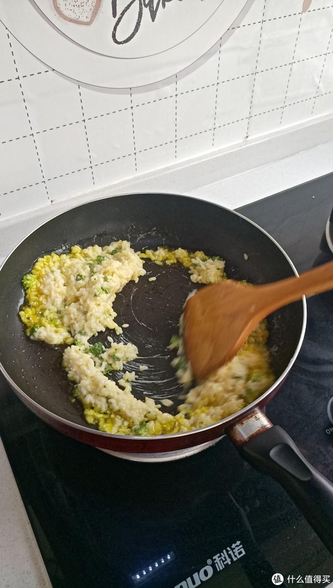 不停地翻动锅中的米饭