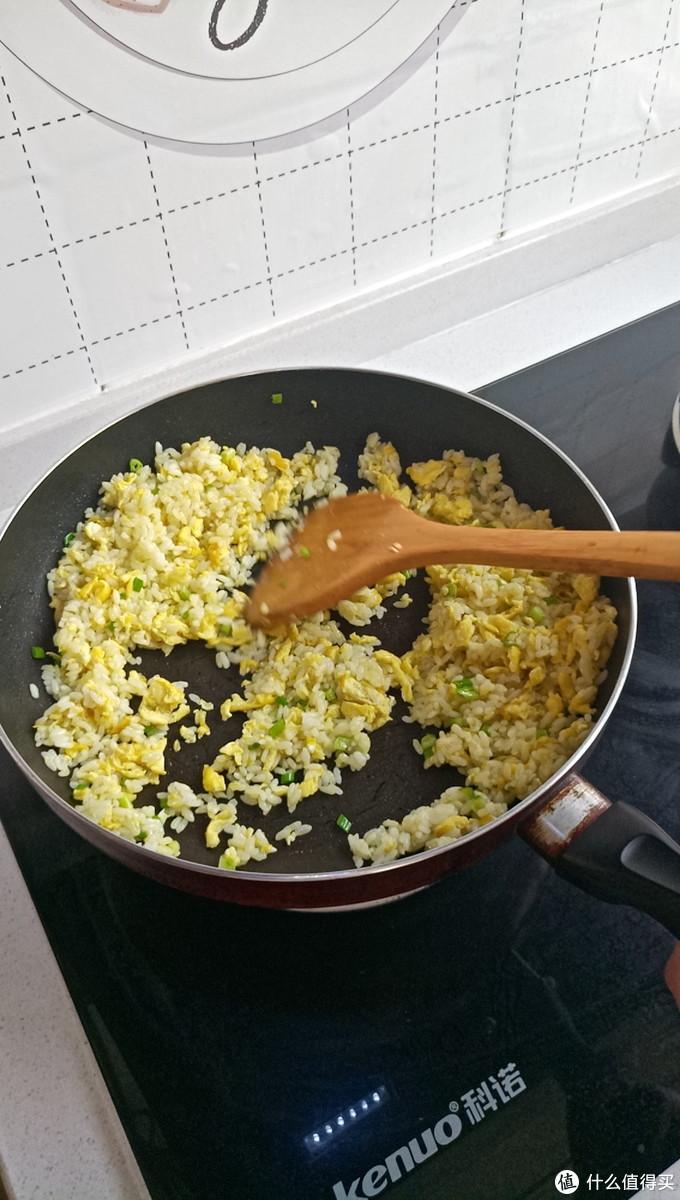 接着继续翻炒均匀,到能闻到香葱的香味即可出锅啦