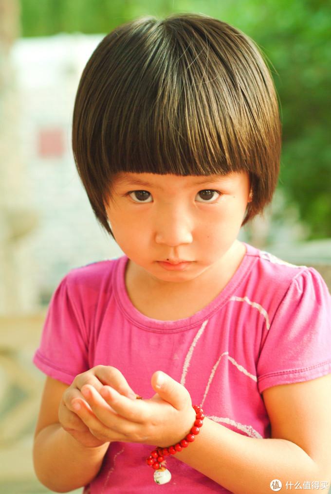 绿色那就不说了都知道富士强,看这个小孩子的脸上,玫红的衣服和大红的手链之间的相近色颜色过度渲染区别,太棒了