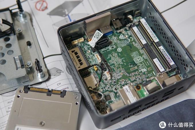 安装硬盘和内存,拧开底盖四颗螺丝,拔掉后盖和主板的SATA及电源连接线,就能拿下底板,奔腾版带2个内存槽,标称支持最大8G内存,实测16G也没问题。底板有个2.5寸硬盘位,装7mm和9mm厚度的2.5寸硬盘。