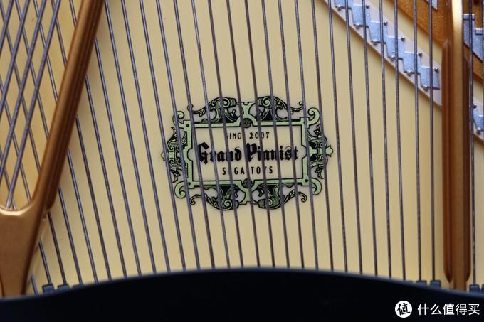 "LOGO特写:""SINCE 2007 GRAND PIANIST SIGATOYS"",字体和花纹都十分精细"