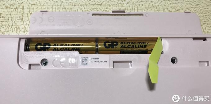K380用两节七号电池供电,电池处有绝缘纸。