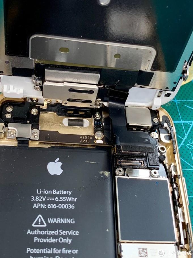 屏幕一共三个接口,估摸着应该分别是:前置摄像头和光感;液晶屏和触屏。