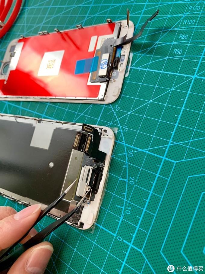 拆卸掉前置摄像头和光感组建。