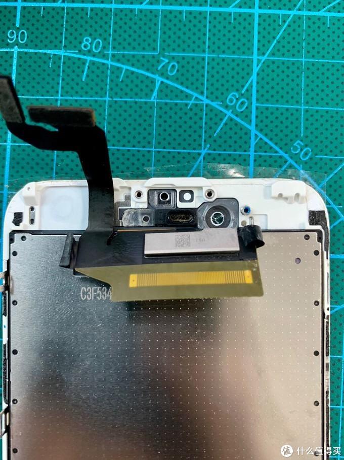 把前置摄像头光感元器件拆卸下来,透明塑料的我也扒了下来可以更好的固定。