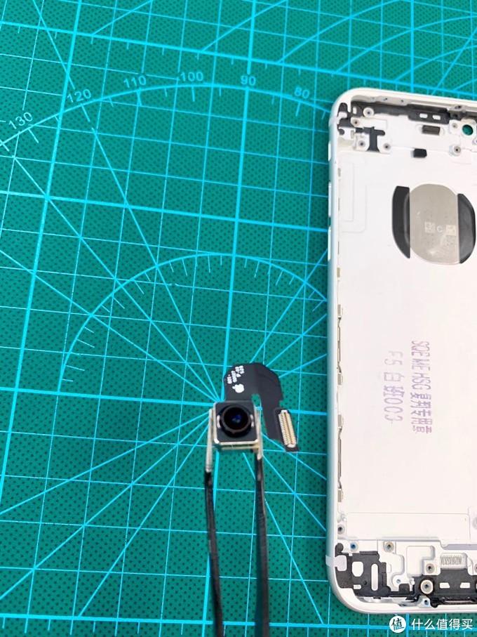 摄像头和螺丝都整齐放在吸力板上,注意和背板间别进灰了。