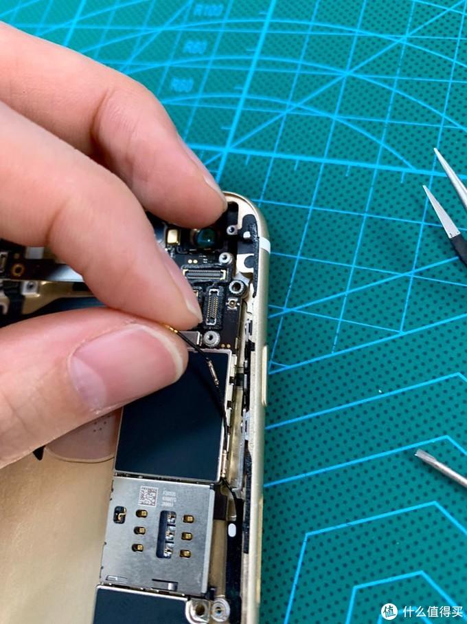 还有两根软线,记得要从主板上挑开从卡扣里挑出来。