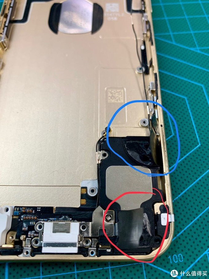 这边两个排线拆下后发现,其实只要撕开上面蓝色那个就行了。下面红色这个可以不用撕开,整个可以一体移除。红圈里这颗螺丝上有一块黑胶带剥除后就看见螺丝了。