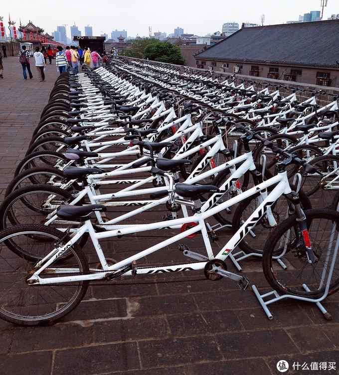 双人时租自行车整齐排列在城墙之上,倒也不觉得出戏