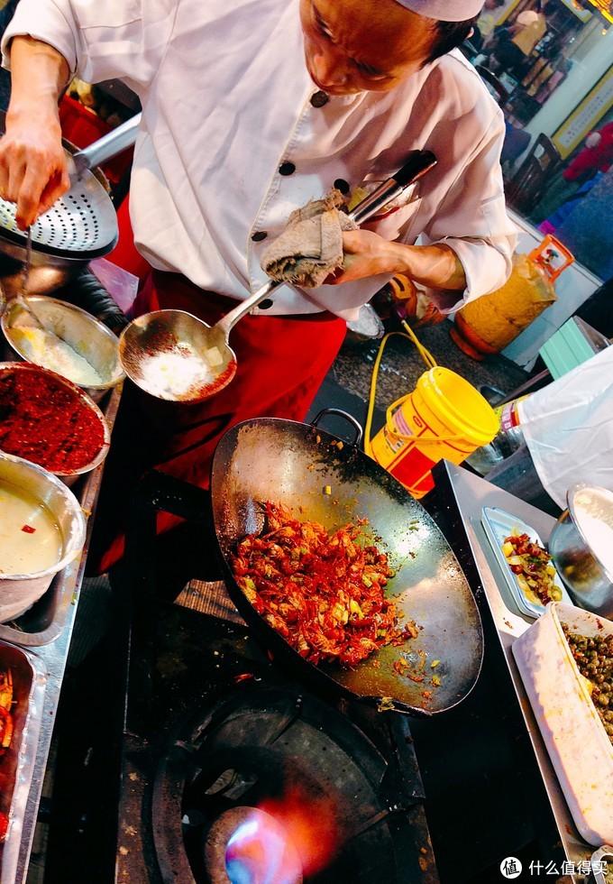 油爆小龙虾去头抽筋,肉质鲜嫩,看着烹饪过程都直流口水