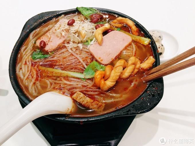 囧囧大爱!砂锅米线,每天一锅也吃不腻,和西南地区的砂锅米线略微不同的是会放些麻花配上鹌鹑蛋