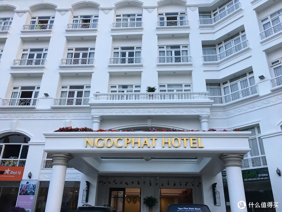 Ngoc Phat Hotel这里等机场大巴