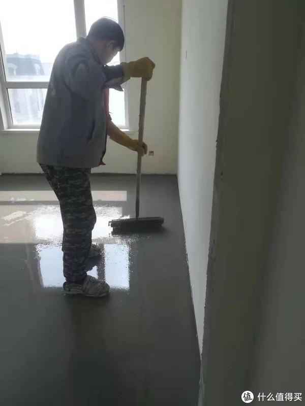 用耙子将自流平水泥耙开