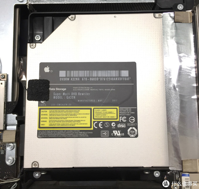 可以看到光驱上粘贴的测温元件(苹果几乎给每一个部件单加了测温,也是因为这些电线看起来内部走线有点混乱)