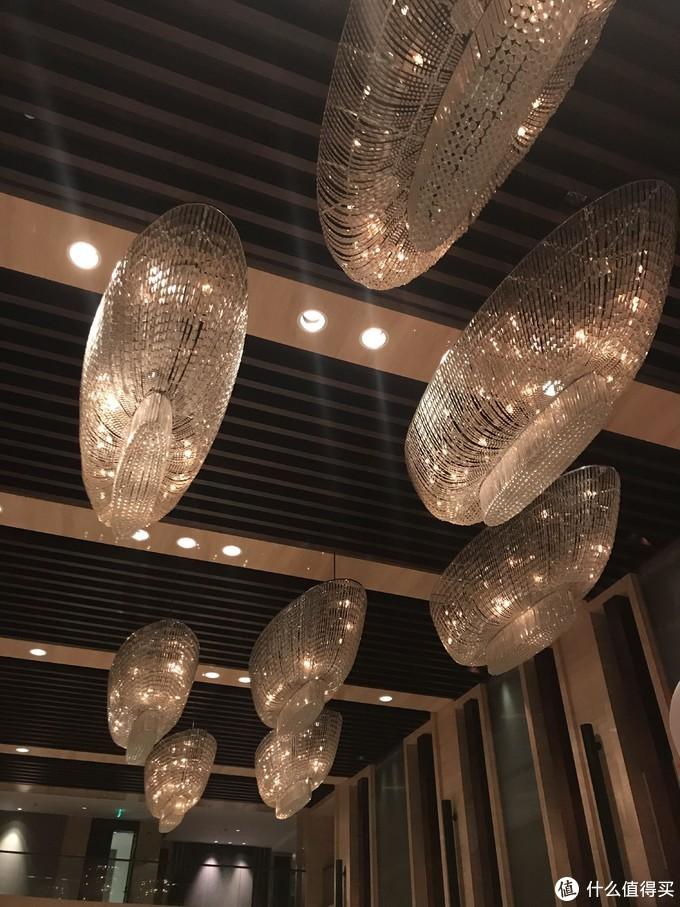 大堂内的水晶吊灯形似游艇