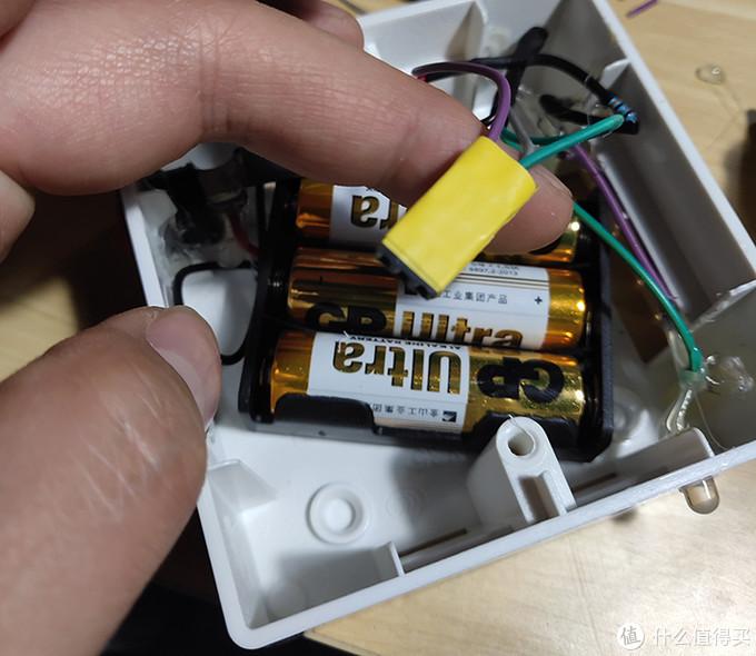 接感应器的三根杜邦线的插头用胶带缠在一起方便插拔