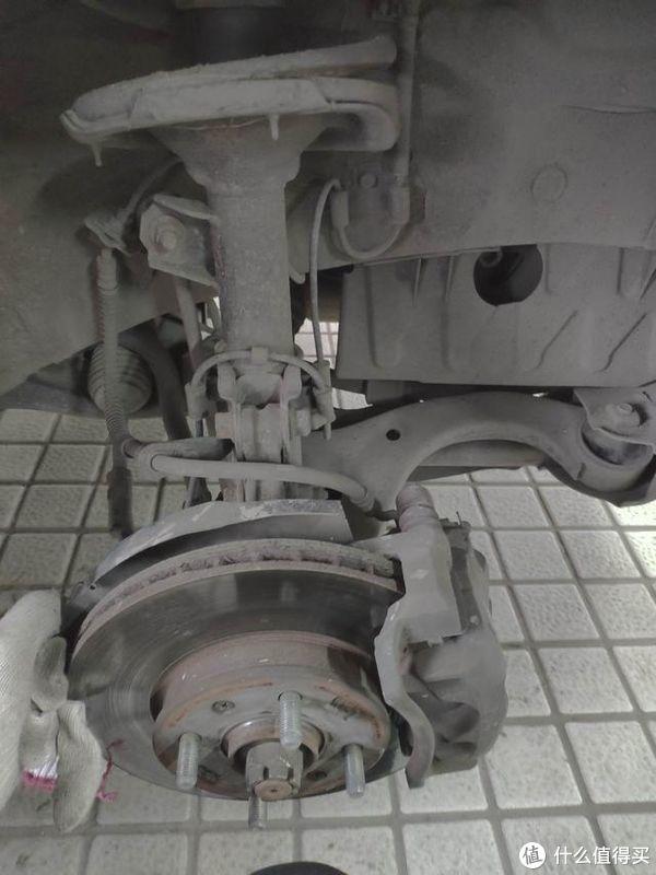 10年车龄的现代行驶起来底盘特别异响,经检查发现四个轴承坏了仨
