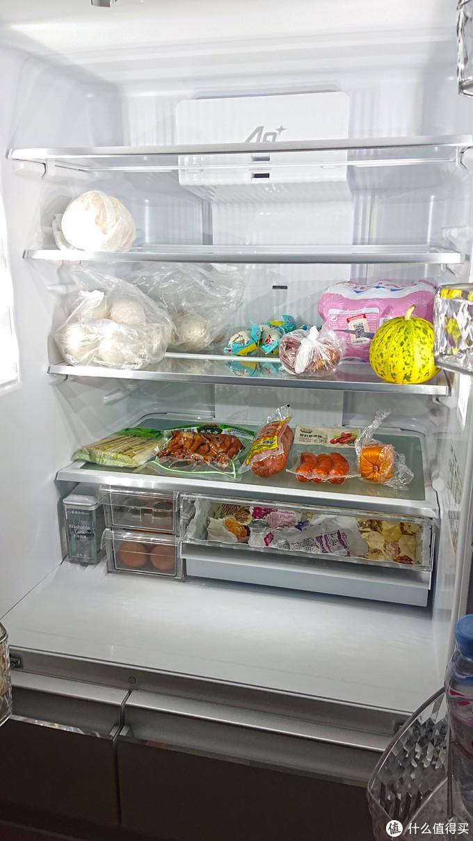 冷藏室是真的大,东西随便放,一目了然,还有可拆卸重新组合的钢化玻璃搁板,放西瓜也不成问题。