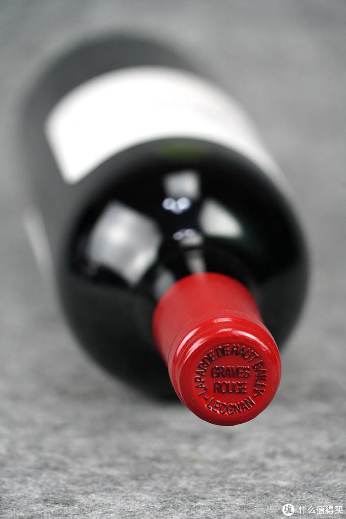 来谈谈葡萄酒入门者最关心的问题:当我们拿到一瓶葡萄酒,我们首先要做什么?