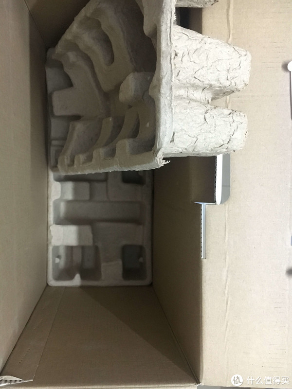 纸箱内部,机器就是靠这个纸质壳子固定的