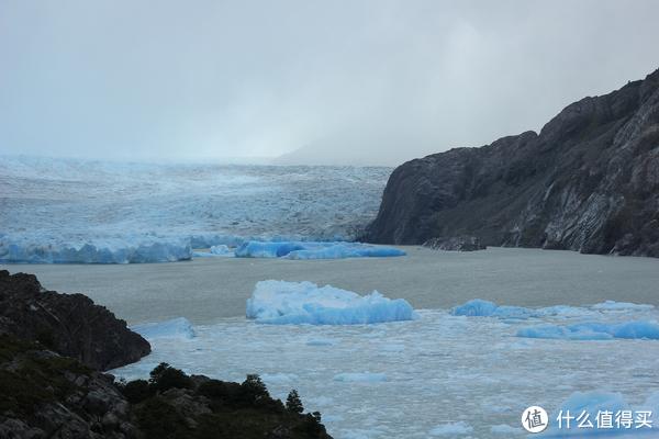 Galciar Grey 靠右侧的分支。在Galciar Grey分叉之前,宽6公里,高30米