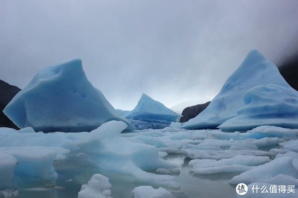 近距离看冰川崩裂后形成的的冰山
