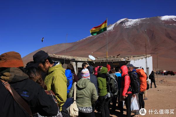 在玻利维亚与智利边境,排队办理玻利维亚出境