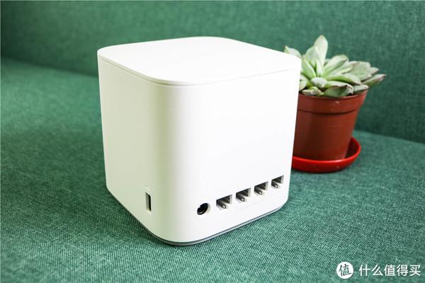 背面的圆形电源接口和四个WAN/LAN盲插孔