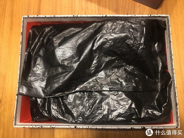 打开盒铺面而来的是浓浓的廉价塑料薄膜,话说nike越来越不像话了,太糊弄了,就一个意思:我就这样,你爱买不买。wtf