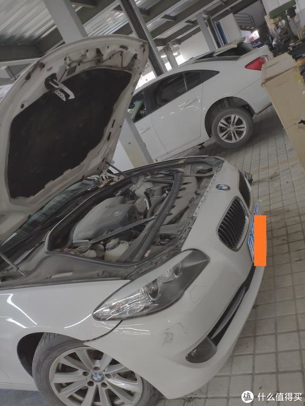 拆车现场围观涨知识:宝马5系拆前后保险杠过程,维修师傅:这是我拆的最舒服的保险杠