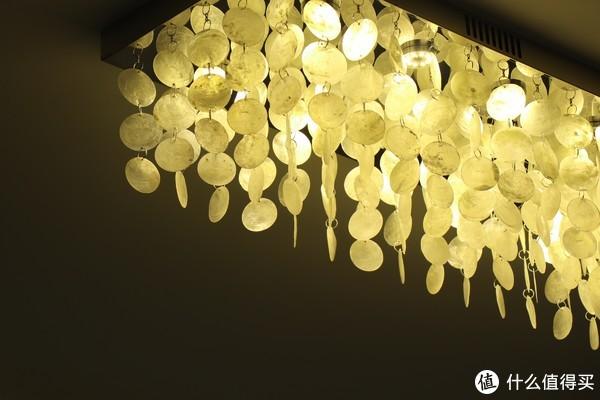 开灯时会暴露天然贝壳的一点瑕疵,但是谁没事对着打开的灯瞅?