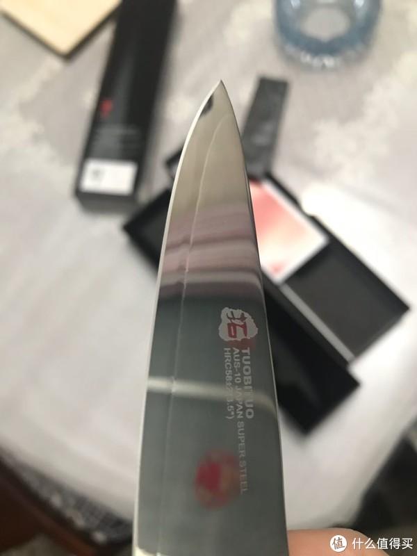 刀身上注明了钢材和硬度58正负2的程度,和VG10的硬度差不多