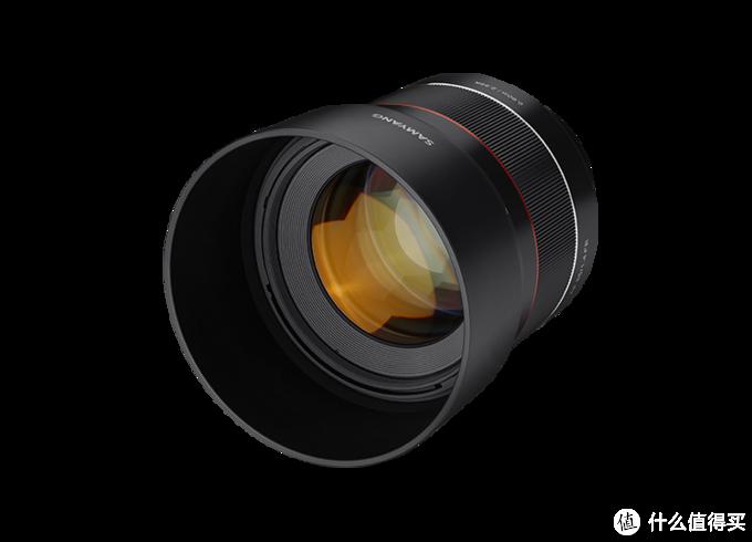 Samyang的索尼FE口新镜头发布,预售价700欧元。AF 85mm F1.4 FE是凝聚三阳(森养)追求的世界水准光学技术,承载创新与超越的发展愿景的镜头,呈献迅捷、精准的AF性能与优秀的解像力。共计11组镜片,包括特殊的高折射(HR)镜片,完美做到尺寸紧凑和高图像分辨率,(Achromat)设计结合了超低色散(ED)玻璃,有效地纠正了色差,最大限度地减少了周边的柔软度,创造了生动的色彩图像。