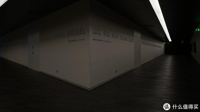 博物馆建筑本身就已经很有寓意,很多连续的平面线条被空白空间打断,代表着犹太民族被摧残后留下的历史空白。