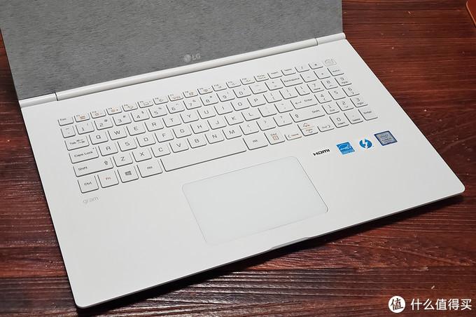 带数字键盘,但是还是比较拥挤,没台式机键盘靠谱