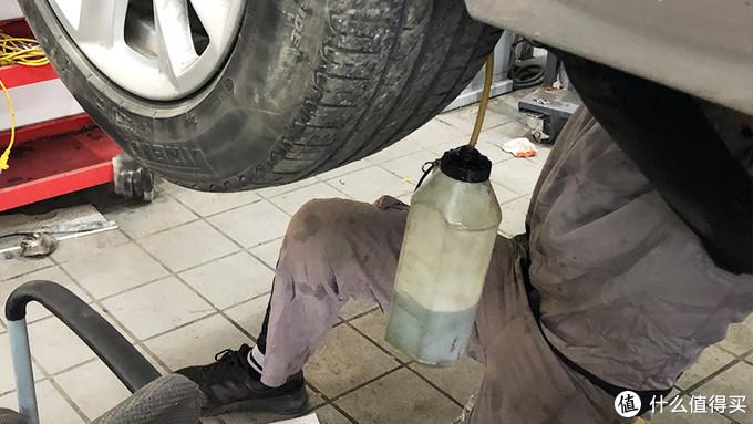 将原先的刹车油排掉;